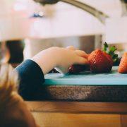 Otroci se učijo kuhati